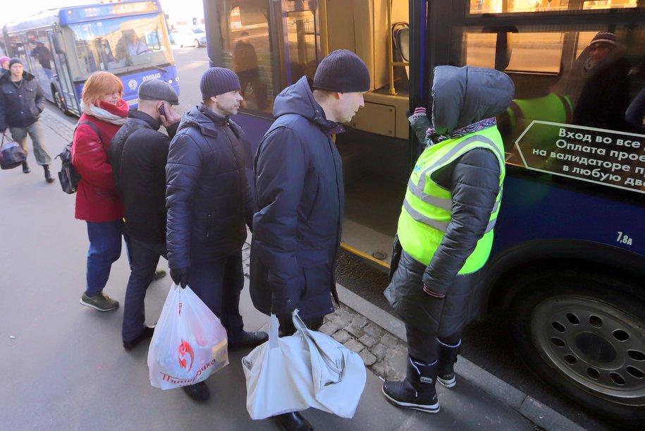 В районе закрытых станций «красной» ветки работают сотрудники центра мобильности