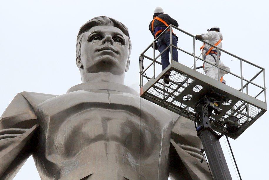 В Москве помыли памятник Юрию Гагарину