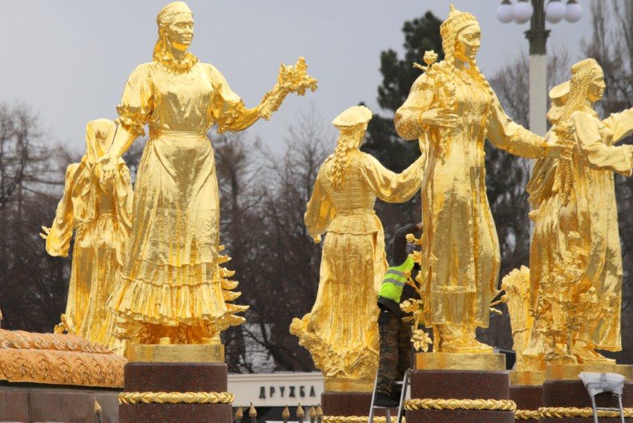 На ВДНХ состоялся пробный пуск отреставрированного фонтана «Дружба народов»