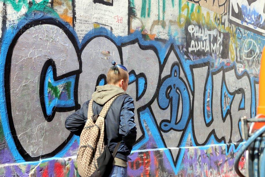 Стена памяти Цоя на Арбате подверглась нападению футбольных фанатов