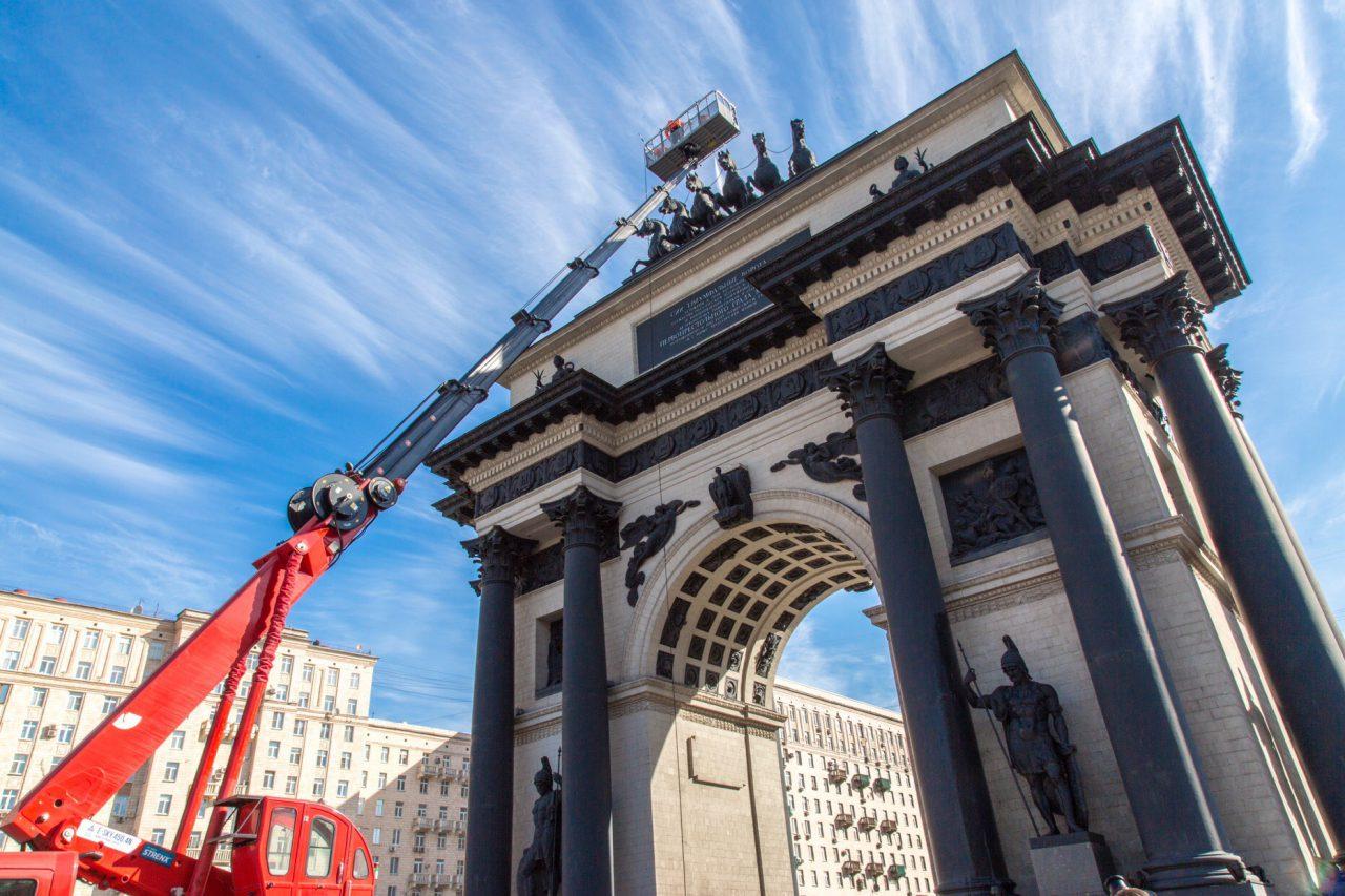 Триумфальную арку на Поклонке освежили к лету