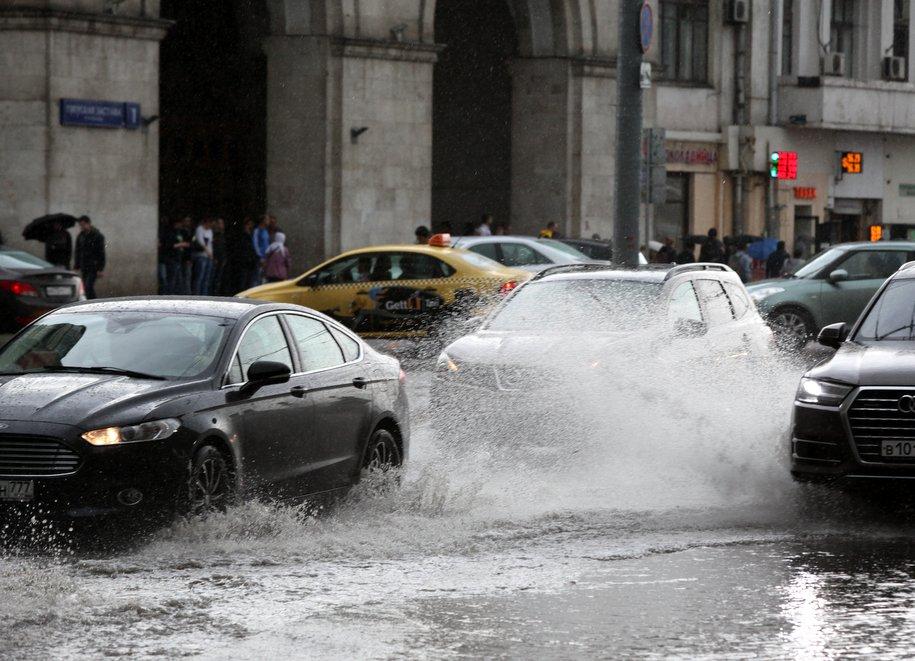 ЦОДД призвал водителей не парковаться возле деревьев и рекламных щитов из-за грозы и сильного ветра