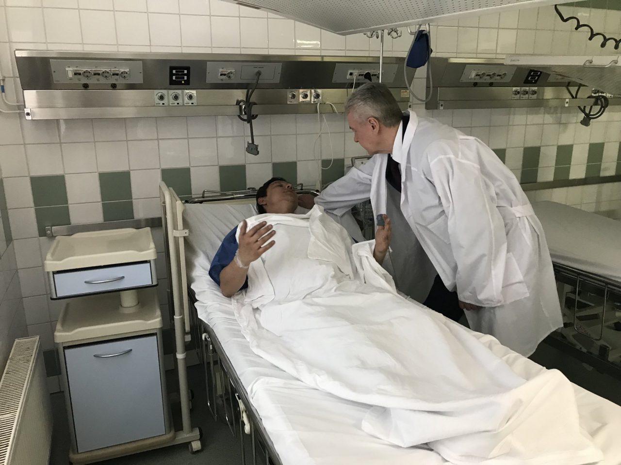 Сергей Собянин проведал в «Склифе» пострадавших при аварии самолета