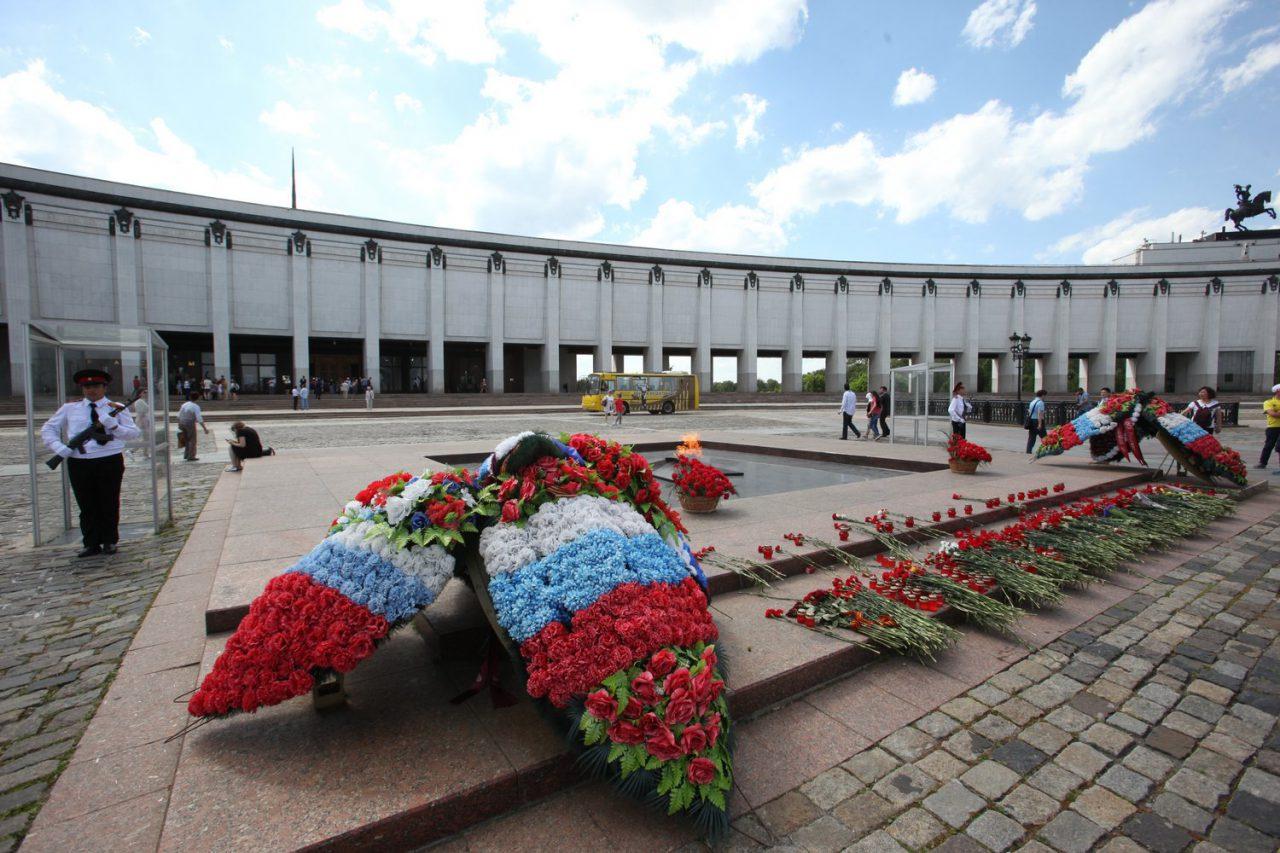 На входе в Музей Победы образовалась очередь из нескольких сотен человек