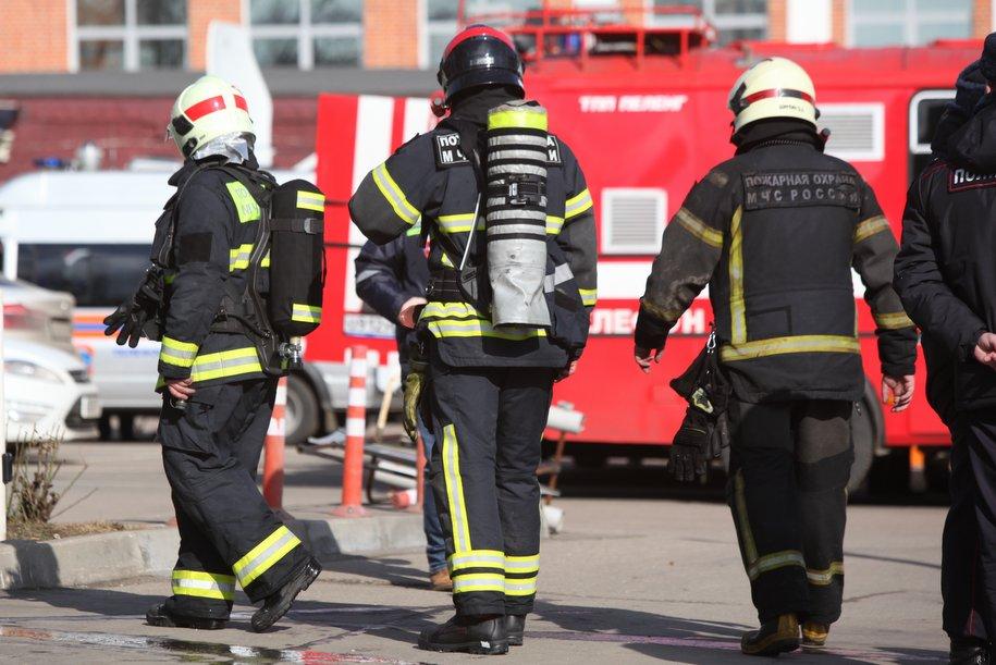 Пожарные спасли 8 человек из горящей пятиэтажки в Люблино