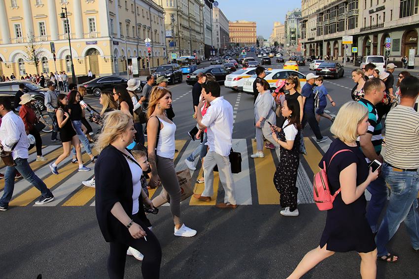ЦОДД попросил катающихся на велосипедах и самокатах москвичей переходить дорогу только пешком