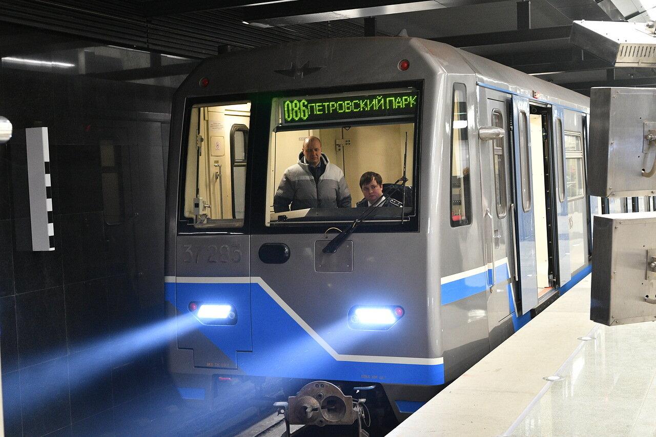 Пассажиров неисправного поезда на Солнцевской ветке переводят в другой поезд