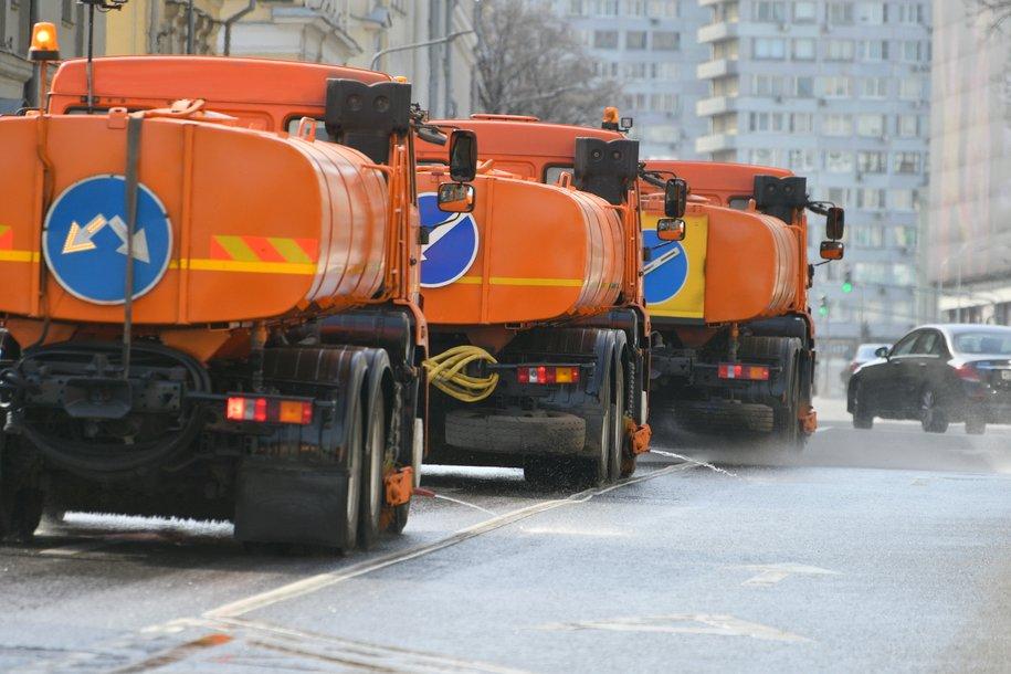 Более 700 поливочных машин вышло на столичные дороги