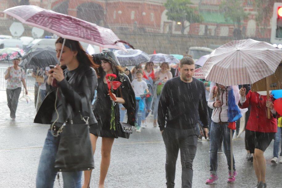 МЧС предупреждает жителей Подмосковья о порывах ветра до 20 м/с и грозах до конца дня