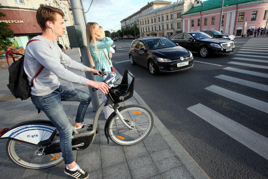 На двух зебрах в Москве установили фигуры для привлечения внимания пешеходов