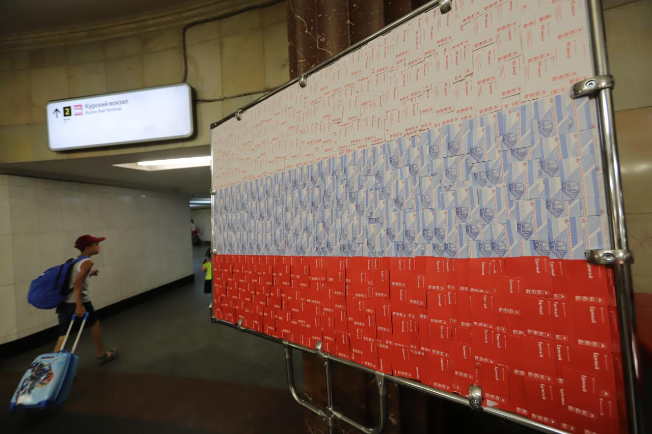 На станции метро «Курская» появился флаг России из использованных проездных билетов
