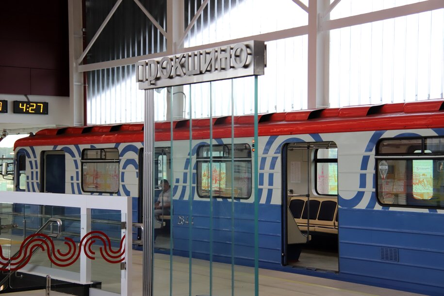 Около 400 сотрудников метро дежурят на закрытых станциях красной ветки