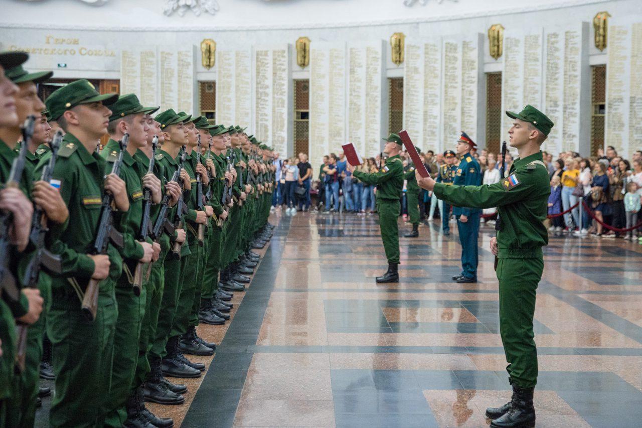 Около 150 преображенцев приняли военную присягу в Музее Победы