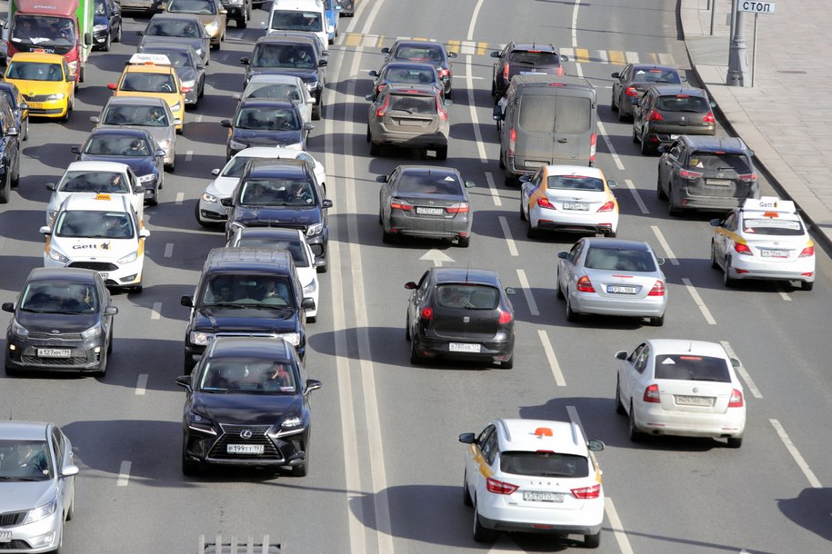 ЦОДД призвал автомобилистов парковаться подальше от деревьев и рекламных щитов из-за непогоды