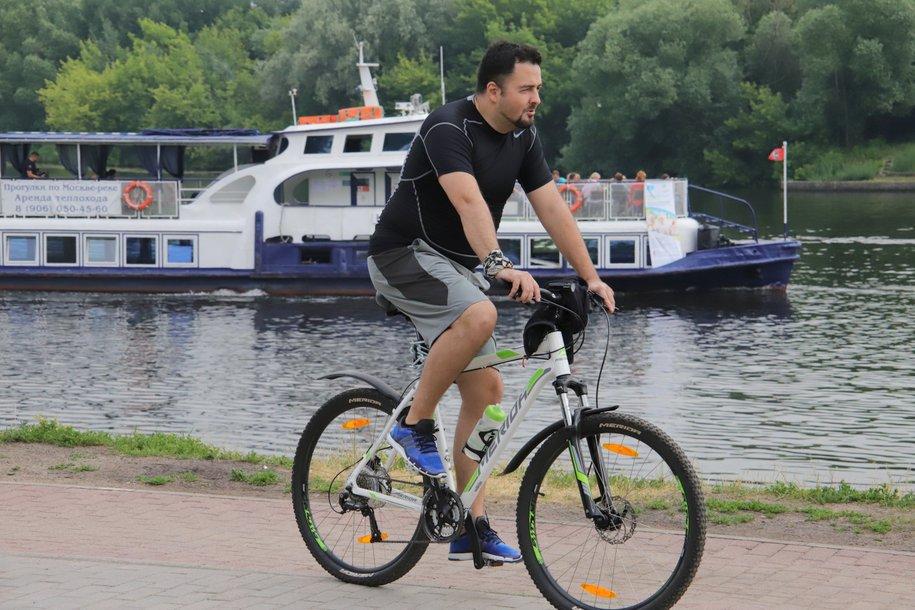 Самую большую фигуру велосипеда образуют участники столичного ночного велофестиваля 13 июля