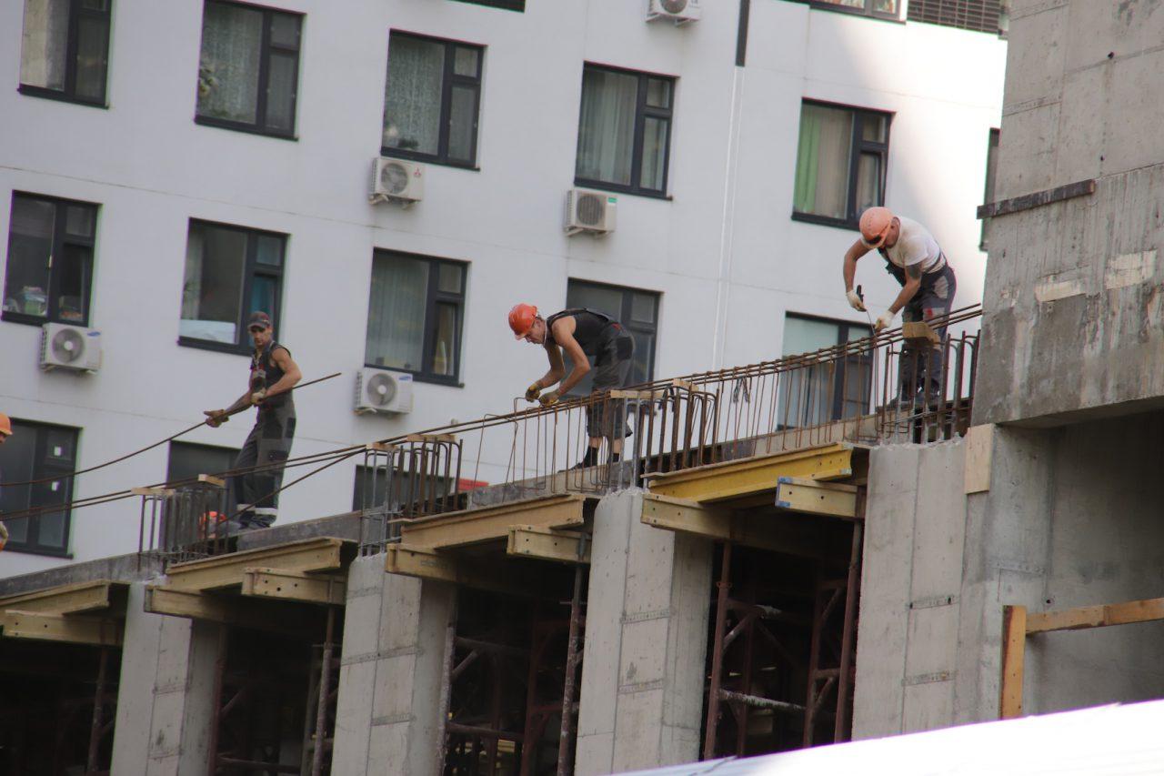 Более 70 семей в еще одном доме в проезде Дежнева получили квартиры в новостройках по программе реновации