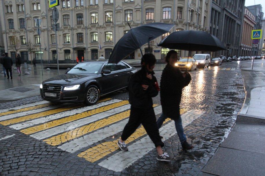 ЦОДД попросил водителей держать дистанцию и быть внимательнее на переходах из-за грозы