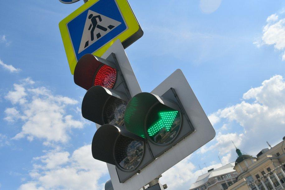 ЦОДД с начала года выявил в Москве 150 адресов, где дорожные знаки и светофоры закрыты деревьями