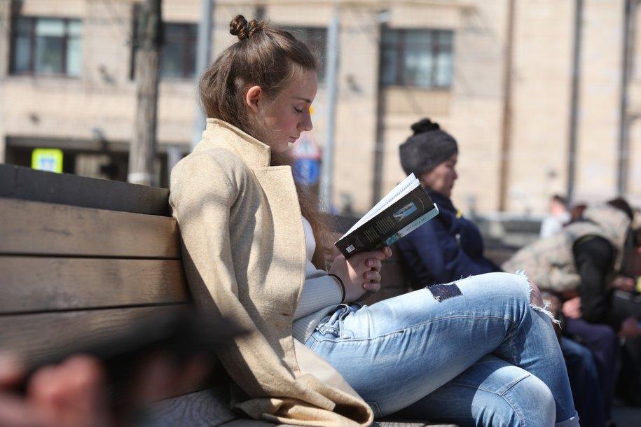 В парке искусств «Музеон» открылась летняя читальня «Место книги»