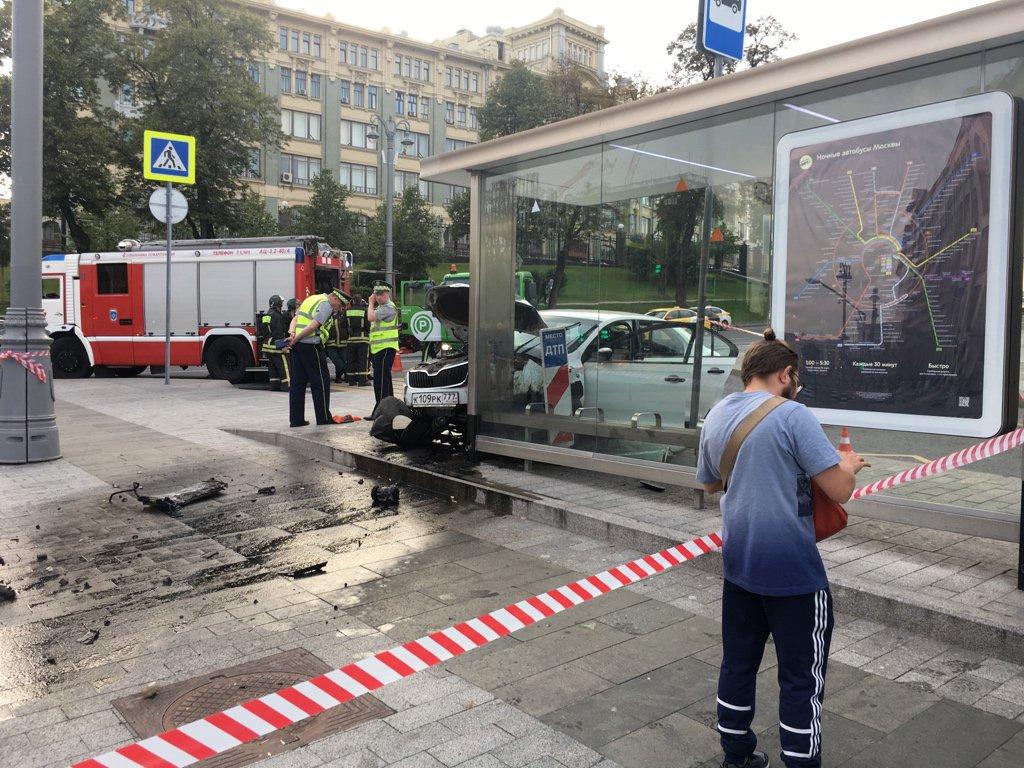 Автомобиль врезался в остановку около станции метро «Китай-Город»