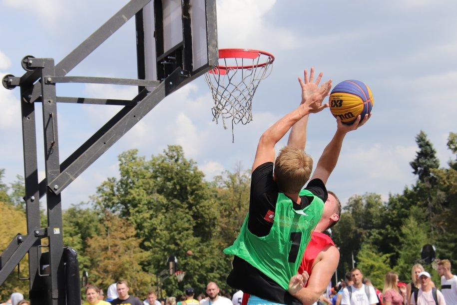 Спортивные площадки начали обустраивать в парке «Филатов луг»