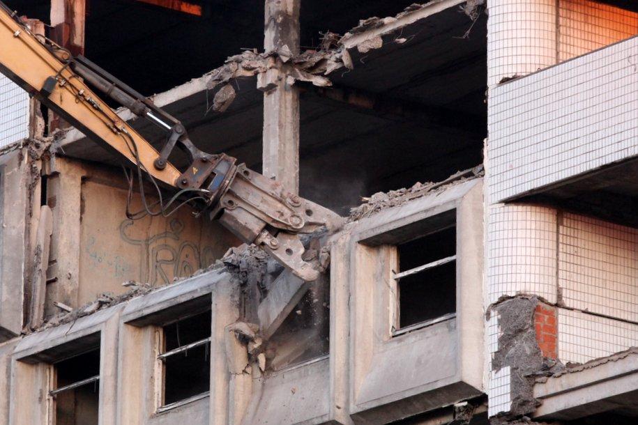 Технологии умного сноса применили при демонтаже расселенного дома на улице Кедрова