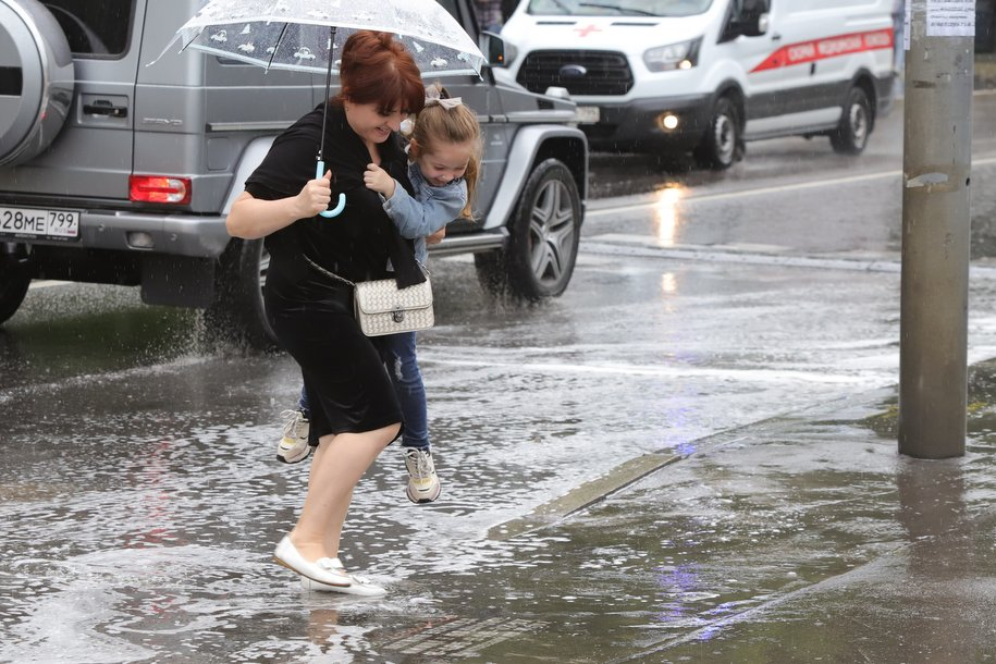 МЧС предупредило москвичей о ливнях и шквалистом ветре до 25 м/с с вечера четверга