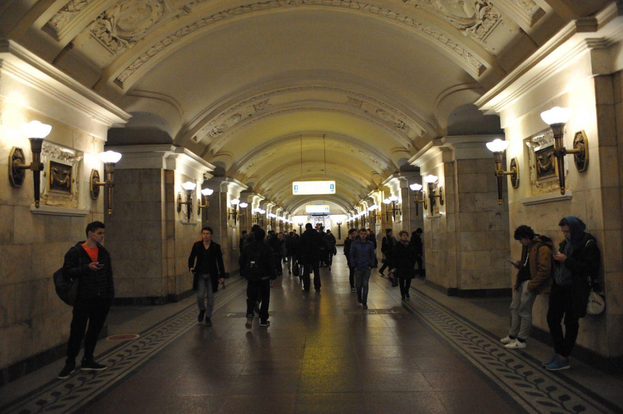 Мужчина выжил после падения с платформы на пути на станции «Октябрьская» Кольцевой линии метро