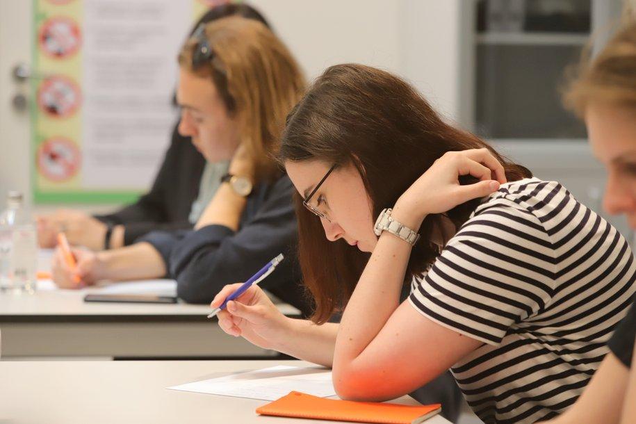 Московские школьники провели диктант для учителей