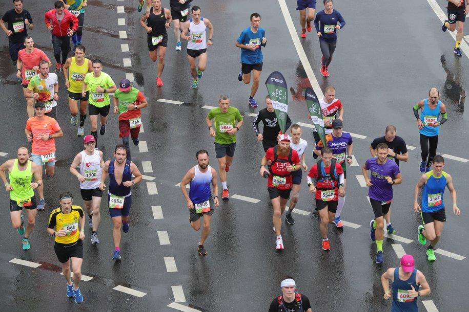 Тысячи человек принимают участие в забеге Абсолют Московский марафон