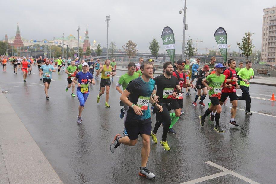 Бегуны Ядгаров и Ковалева победили на дистанции 42,2 км в Абсолют Московском марафоне