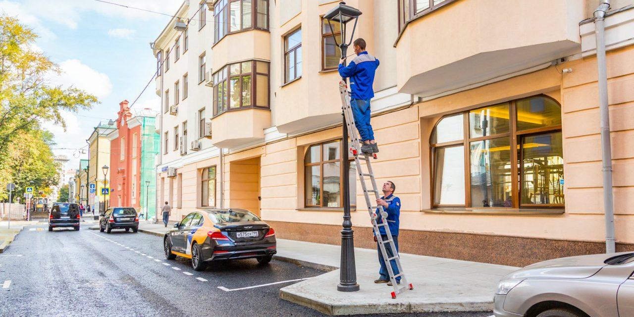 Около Московского театра Олега Табакова начали устанавливать уникальные фонари