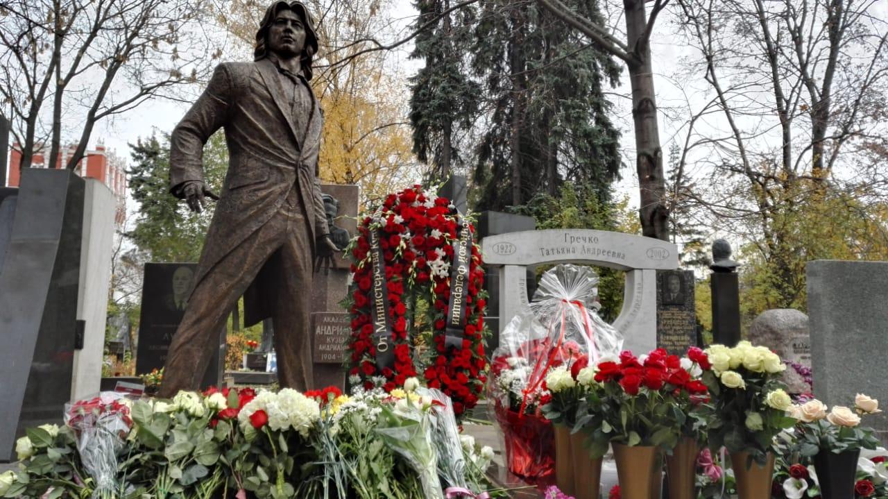 Памятник Дмитрию Хворостовскому открыли на Новодевичьем кладбище