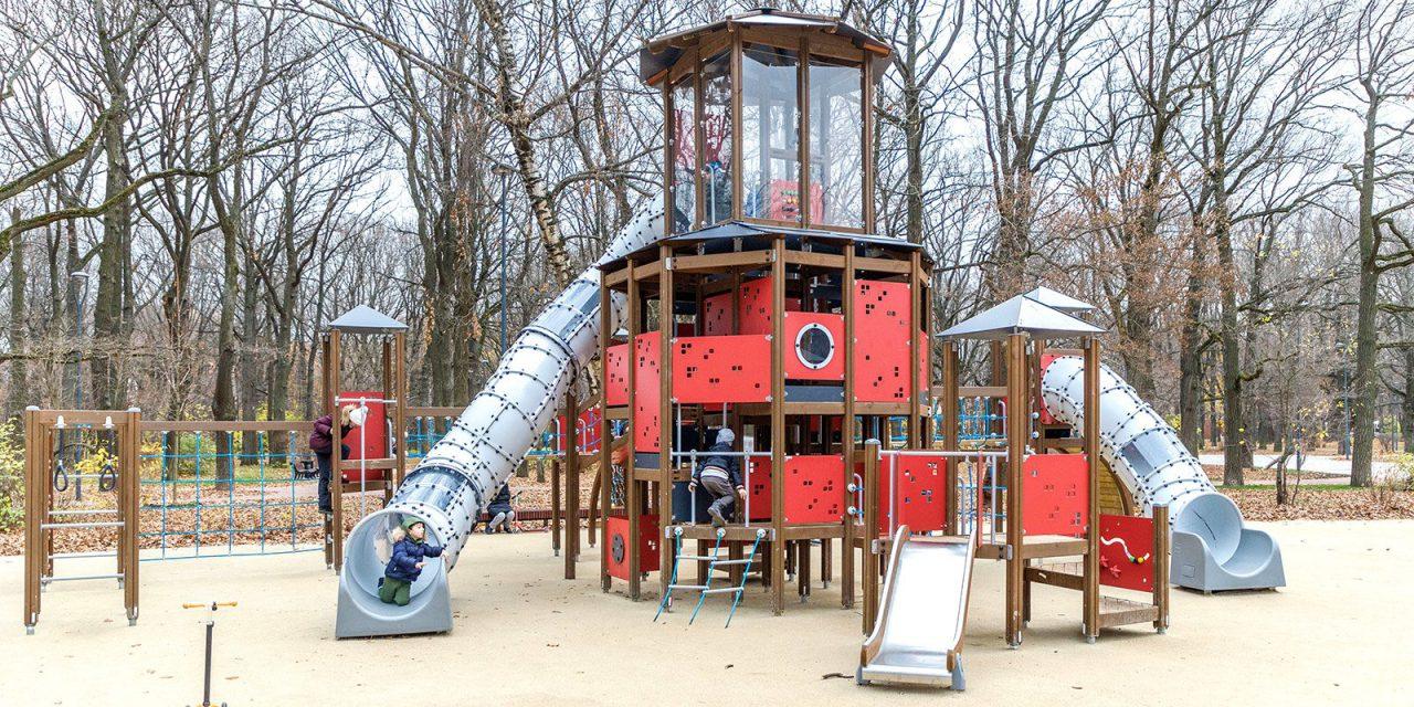 Три детские площадки обустроили в парке «Дубки» на севере Москвы