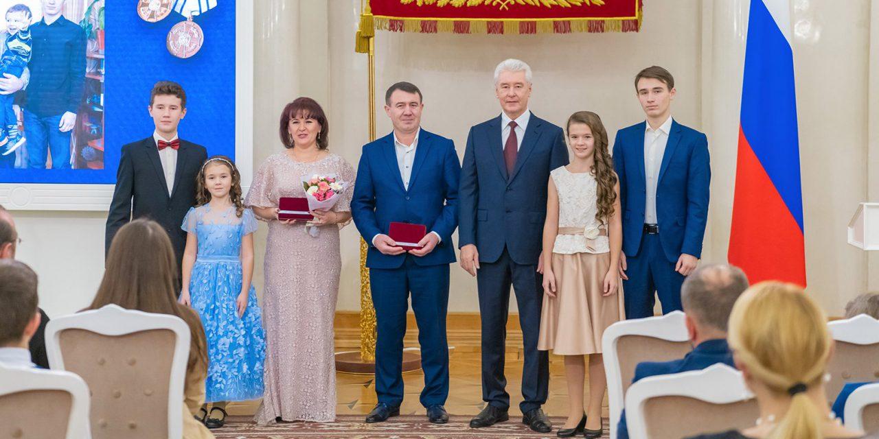 Сергей Собянин вручил ордена и медали «Родительская слава» многодетным семьям