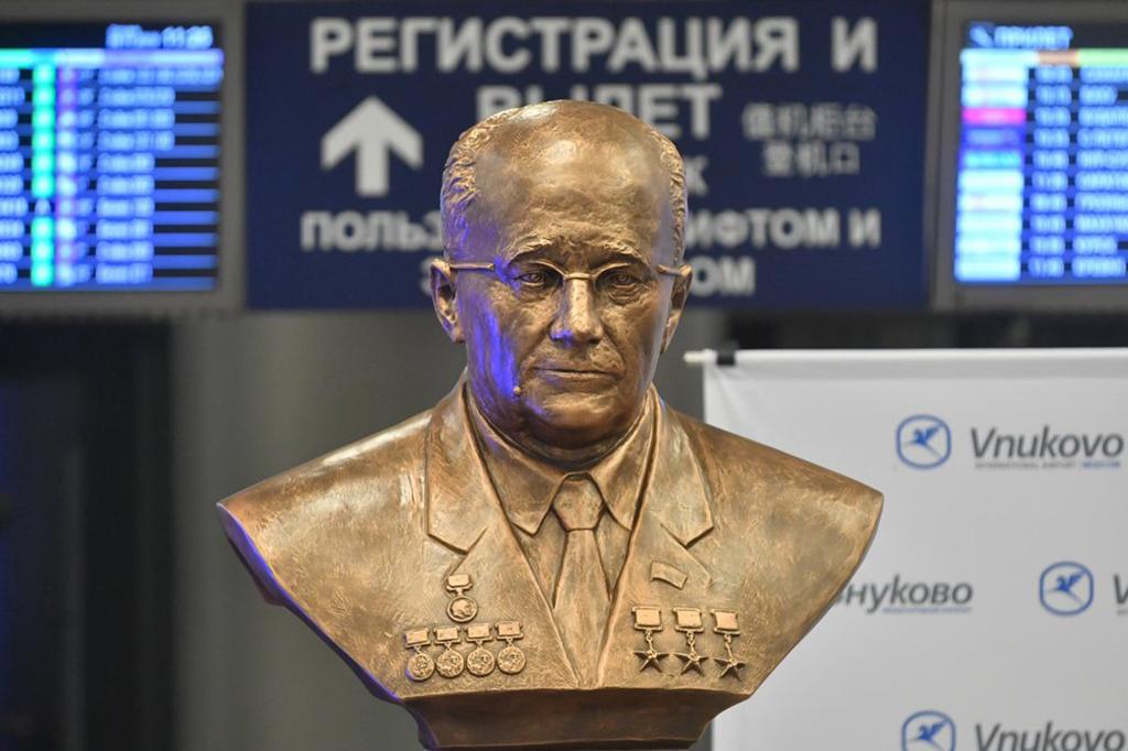 Бюст авиаконструктора Туполева открыли в аэропорту Внуково