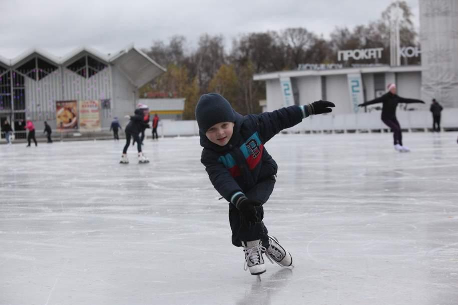 Почти 100 катков с естественным ледовым покрытием будут работать на западе столицы