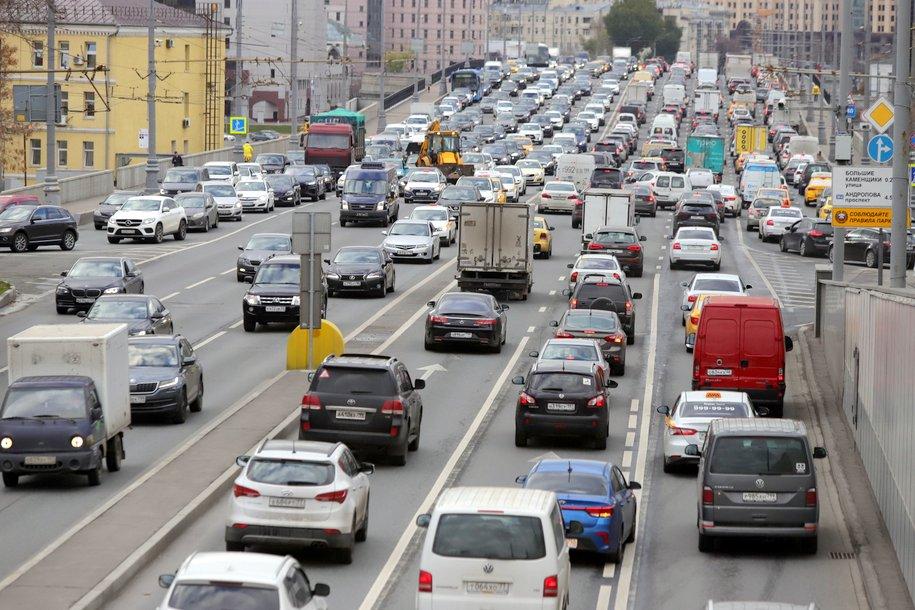 ЦОДД призвал водителей отказаться от поездок на машинах в час пик из-за плохой погоды