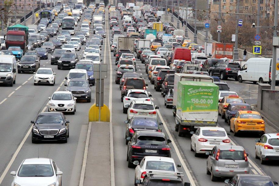 ЦОДД призвал водителей избегать резких маневров и пользоваться городским транспортом из-за гололедицы