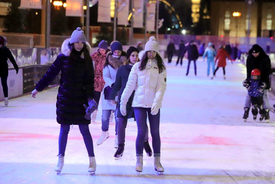 Почти 40 катков и хоккейных коробок будут работать в столичных парках этой зимой