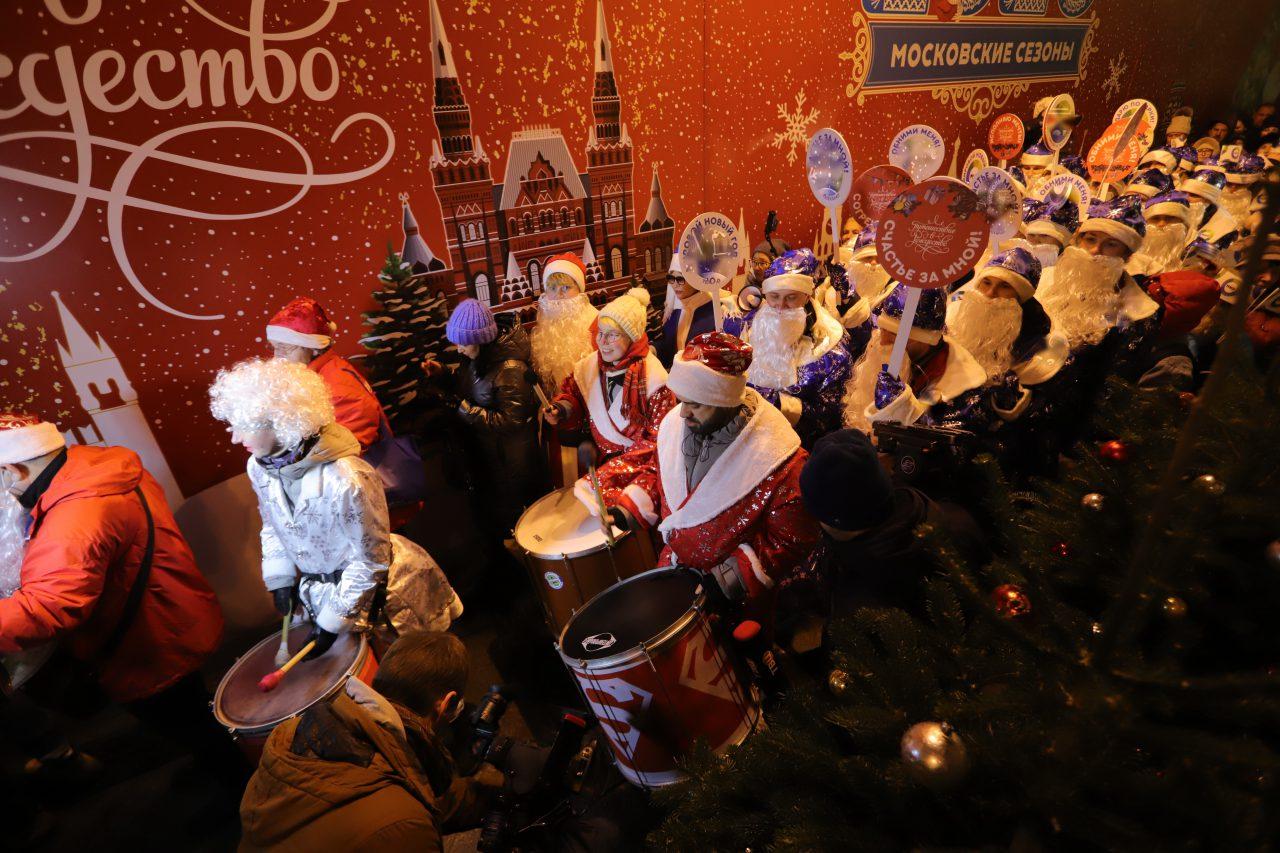 Парад Дедов Морозов прошел на фестивале «Путешествие в Рождество»