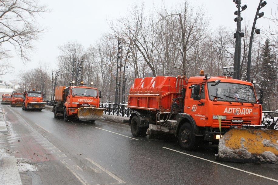 Коммунальная техника продолжает уборку московских улиц после снегопада