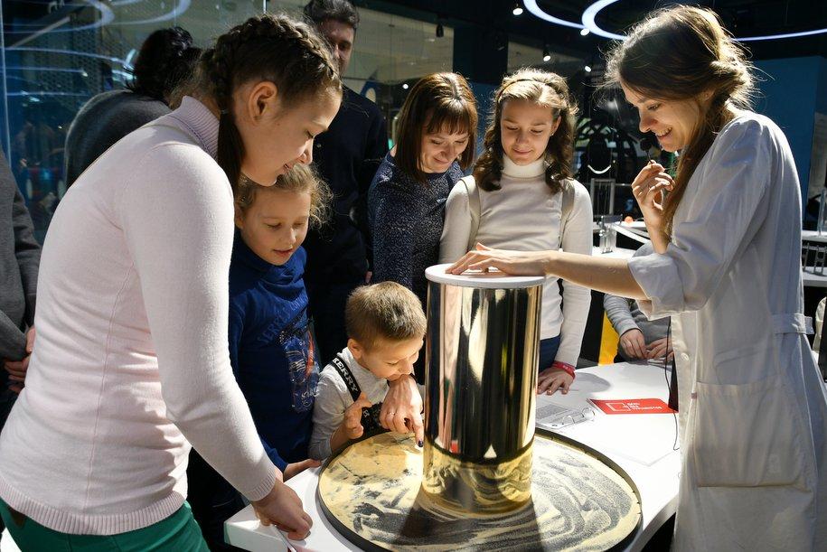 Мастер-класс по созданию букета, семинар по операторскому мастерству и производство карамели ждут москвичей в рамках акции «День без турникетов»