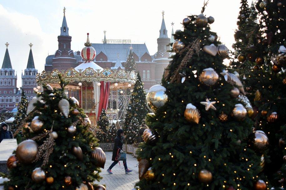 Дизайнерские елки с антивандальными украшениями установят в центре Москвы
