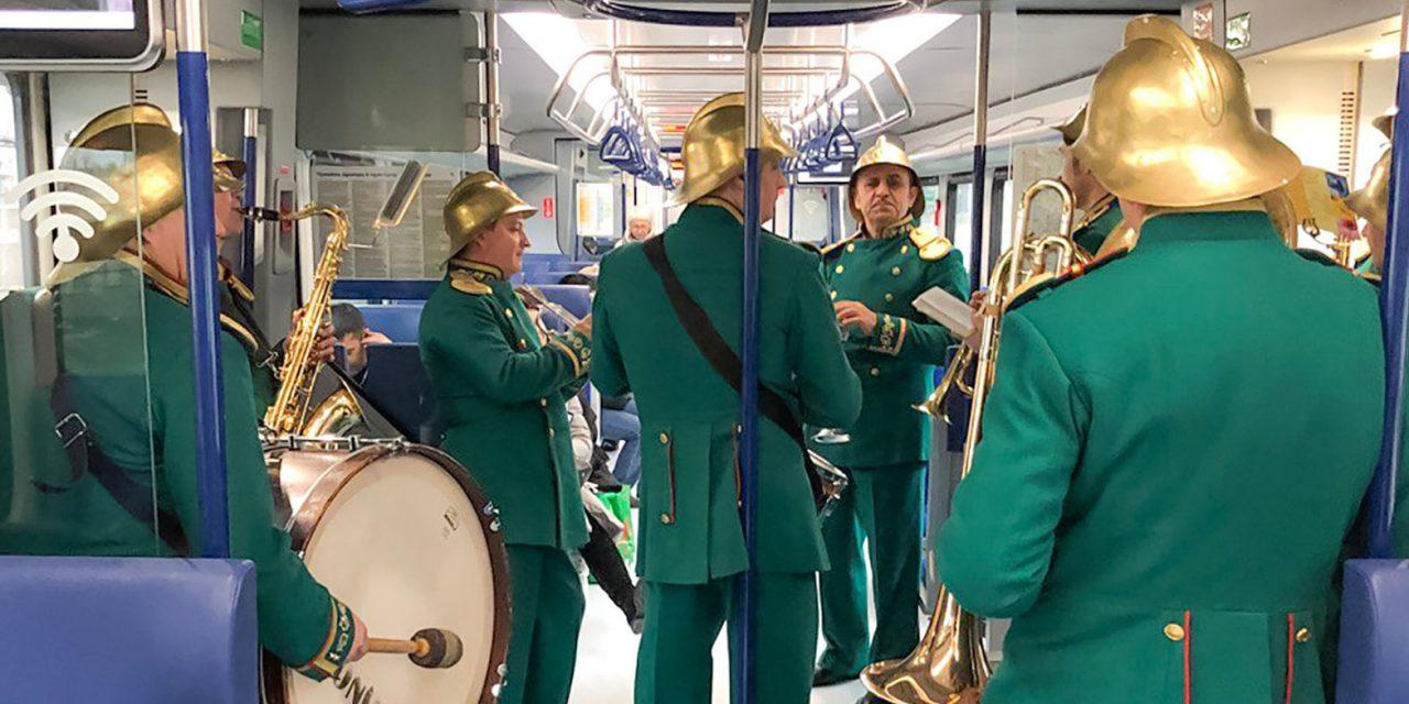 Cотрудники столичного МЧС провели праздничную акцию для пассажиров МЦД