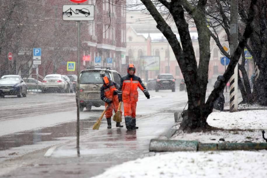 МЧС предупредило москвичей о мокром снеге и ветре до 17 м/с в ближайшие часы
