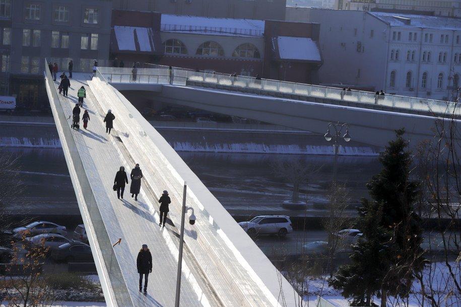 Плановую уборку снега и наледи провели на «Парящем мосту» в парке «Зарядье»