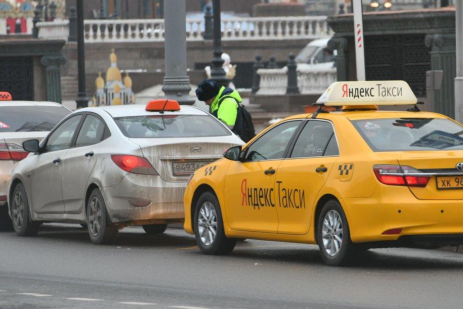 С 15 апреля таксисты в Москве будут обязаны проверять у пассажира наличие спецпропуска