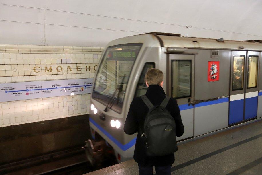Порядка 40 тыс. стикеров с просьбой держать социальную дистанцию разместят в наземном транспорте Москвы