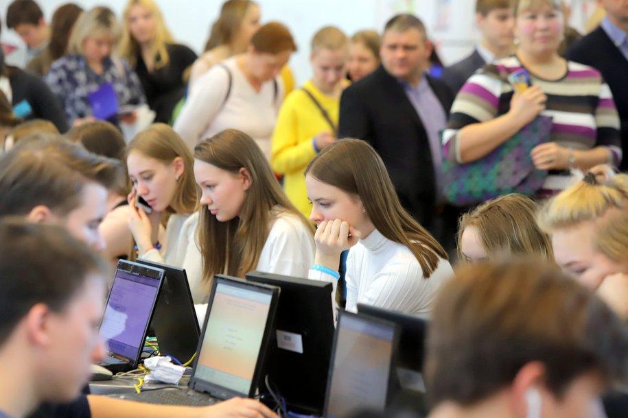 Московские школьники продолжают обучение дистанционно